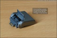 Sul retro del flash uno sportellino facilita il fissaggio accedendo alla vite.